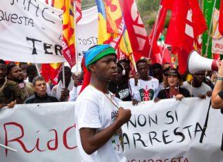 Migranti alla manifestazione pro Lucano a Riace