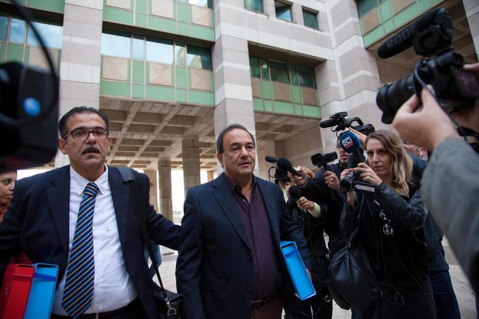 Il sindaco di Riace Domenico Lucano con il suo avvocato