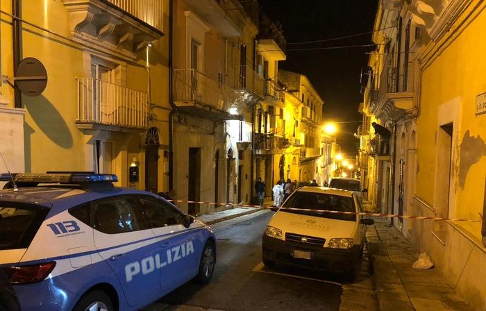 Inquirenti all'esterno dell'abitazione della vittima Maria Zarba