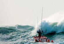 Migranti in mare a Crotone col mare agitato, intervento di soccorso