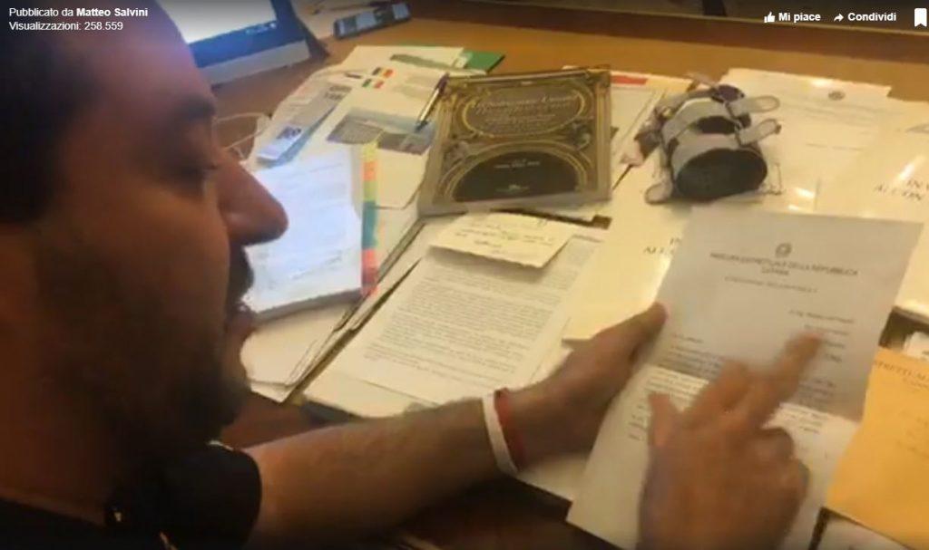 Il ministro dell'Interno Matteo Salvini mentre apre la busta della procura di Catania