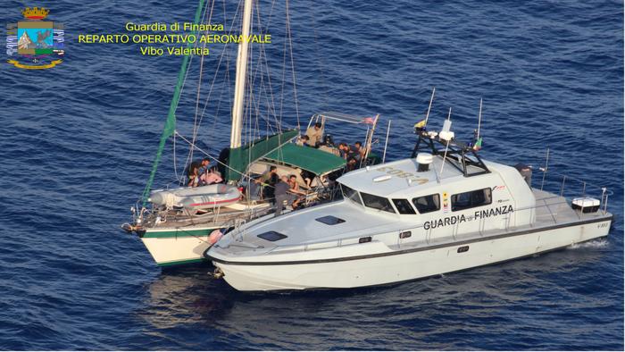 Migranti: Guardia di finanza intercetta veliero 55 a bordo, tre scafisti arrestati