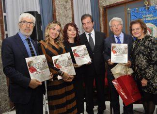 il Sindaco Occhiuto e la Presidente del Comitato di Cosenza della Dante Alighieri con i premiati
