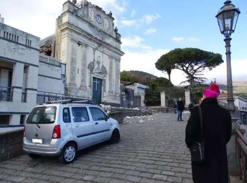crolli chiesa terremoto etna