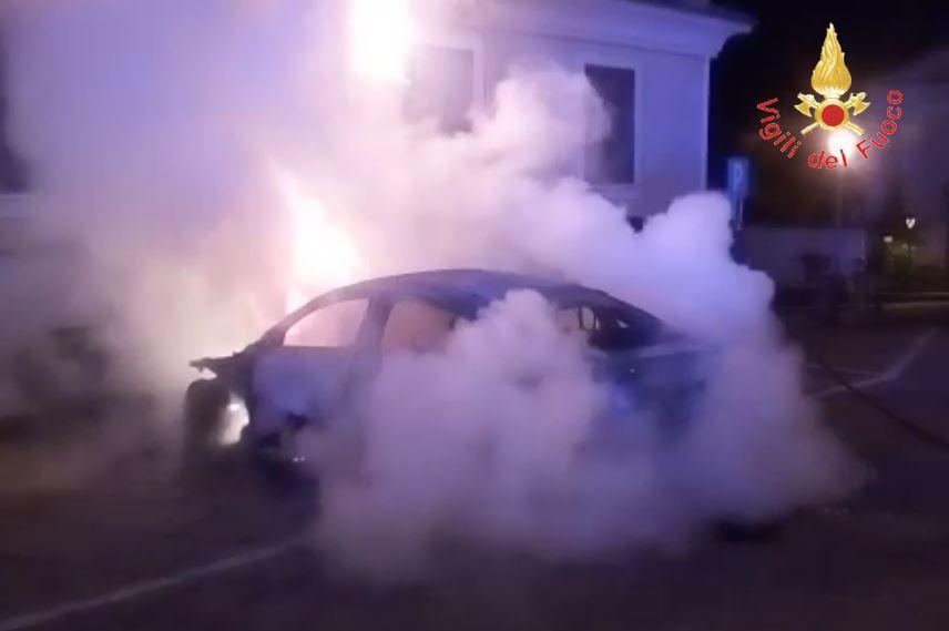 Incendiò l'auto del cognato per dissidi personali, arrestato