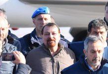 Il terrorista Cesare Battisti a Roma circondato dai poliziotti