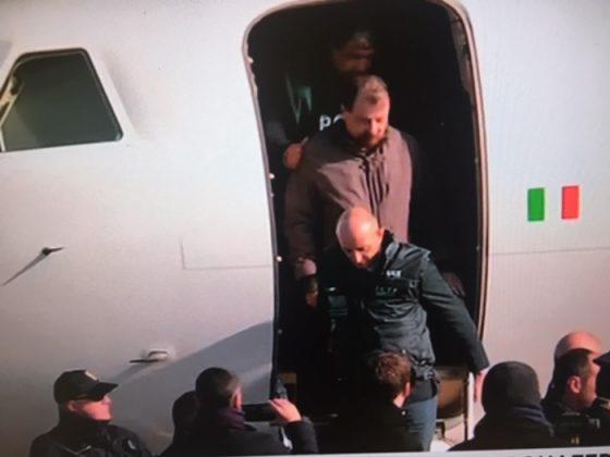 ex terrorista al suo arrivo all'aeroporto di Ciampino