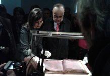 Il ministro Bonisoli sfoglia il Codice Purpureo nel museo Diocesano