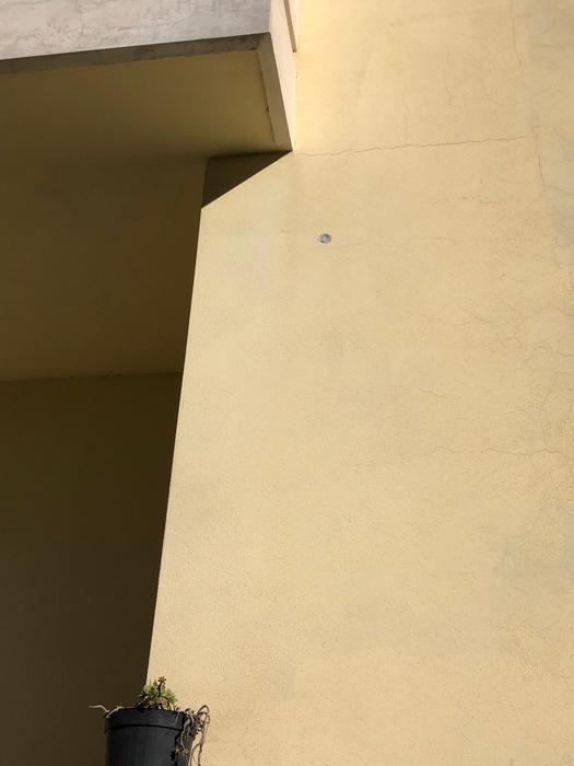 I segni dei proiettili sparati da revolver sui muri della palazzina di San Gregorio d'Ippona,