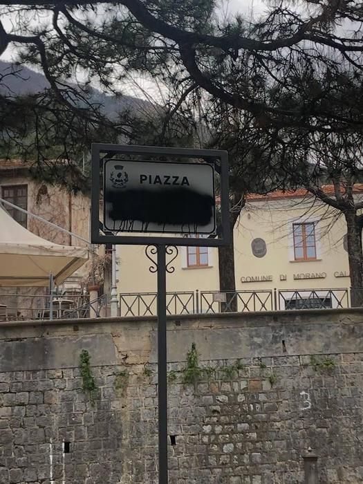 La targa imbrattata in piazza Almirante a Morano