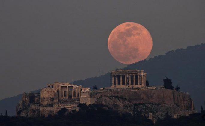 La Super Luna sovrasta il Partenone ad Atene