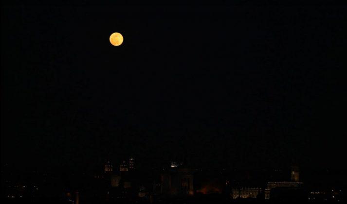 La Super Luna a Roma di notte