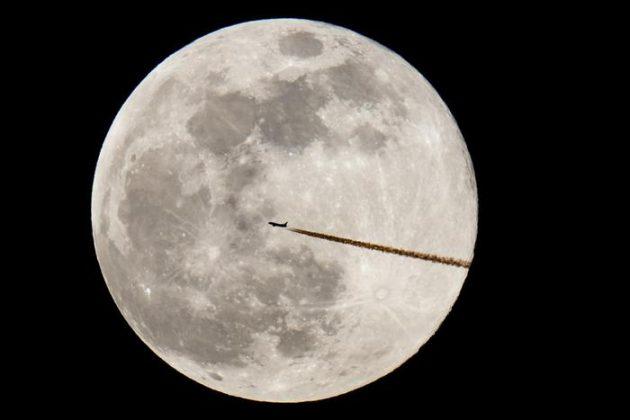 """Un aereo """"taglia"""" la Super Luna in Germania"""