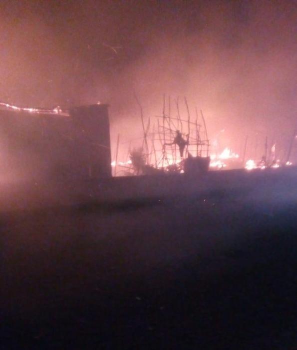L'incendio divampato nella baraccopoli di San Ferdinando, 16 febbraio 2019. Una persona è morta.