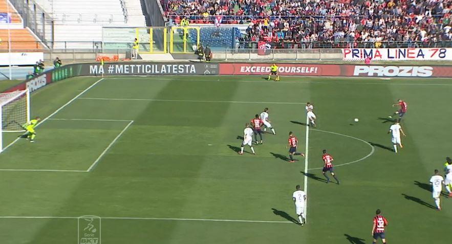 Il tiro gol di Bruccini in Cosenza Brescia