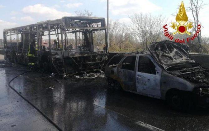 Il bus di linea dato alle fiamme