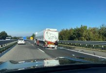 Mezzo pesante perde gasolio sull'A2 a Reggio, incidenti e pesanti disagi