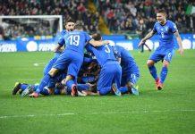 Gli azzurri esultano al gol di Barella