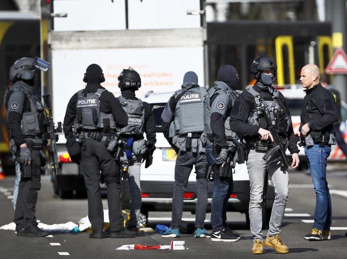 Agenti di polizia olandese vicino la vittima