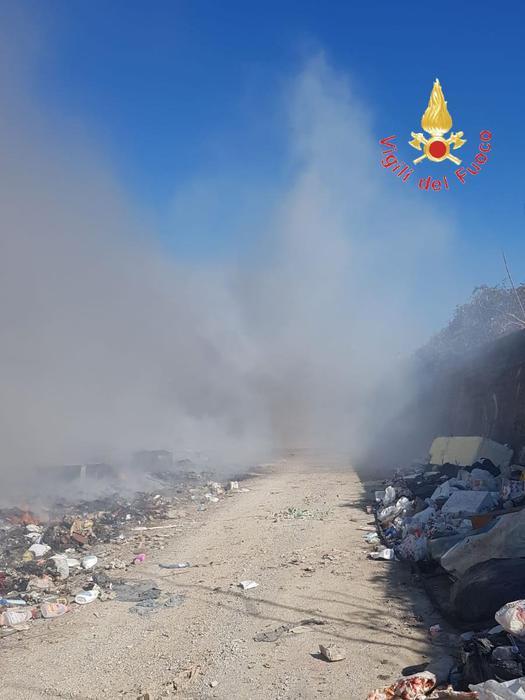 Vigili del fuoco al lavoro al campo nomadi di Scordovillo dove sono ripresi in roghi di rifiuti e pneumatici.