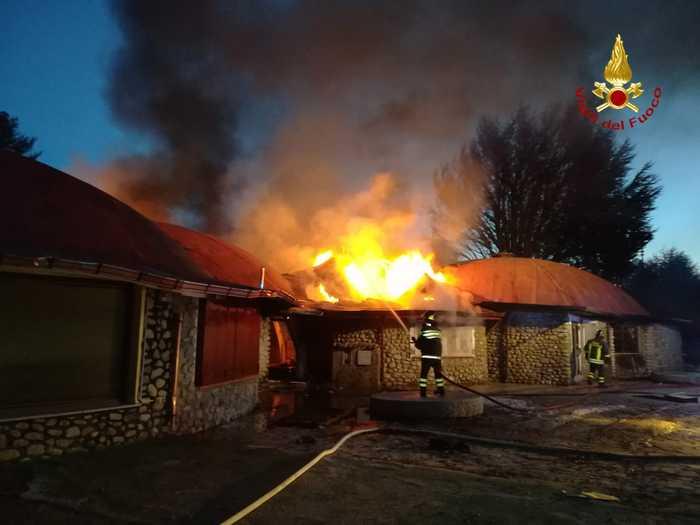 Incendio distrugge cinque negozi nel crotonese, indagini dei carabinieri