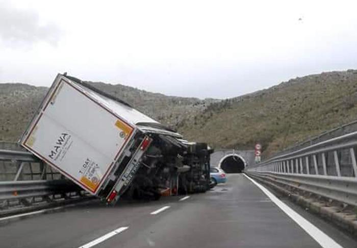 Forti raffiche di vento sull'Autostrada del Mediterraneo, si ribaltano due Tir