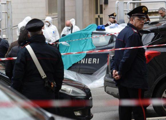 L'auto dei Carabinieri con la Scientifica