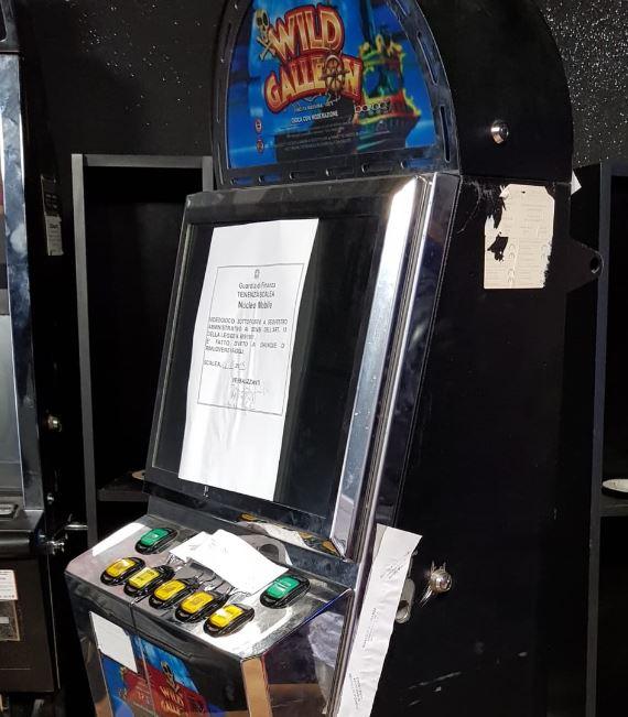 Controlli su locali di scommesse, sequestrate slot-machine taroccate