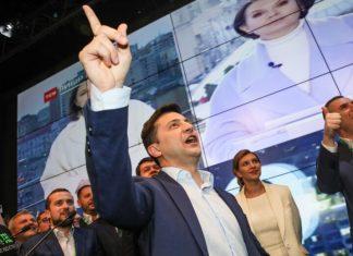 Volodymyr Zelensky festeggia nel suo quartier generale