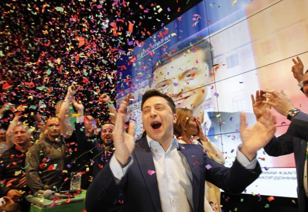Volodymyr Zelensky in festa dopo i primi exit-poll in Ucraina