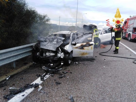 auto in fiamme dopo incidente