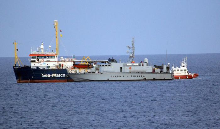 Sea Watch, sequestrata la nave ma i migranti sbarcano. Ira di Salvini