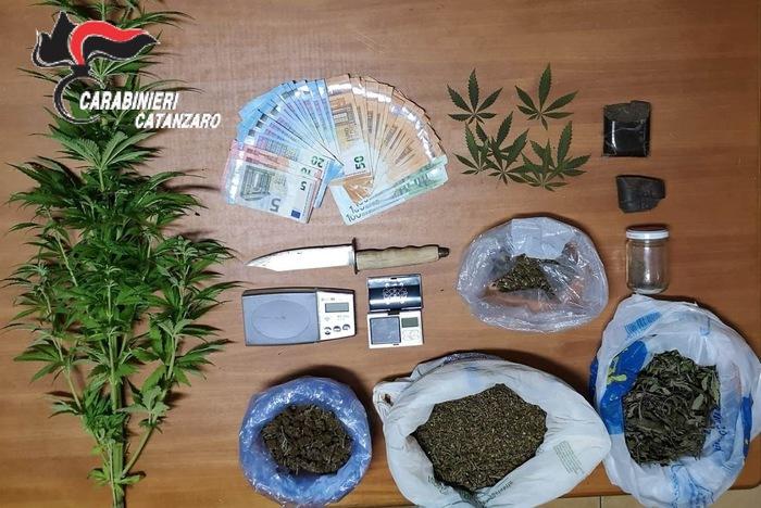 Oltre 600 gr di droga in casa, arrestato