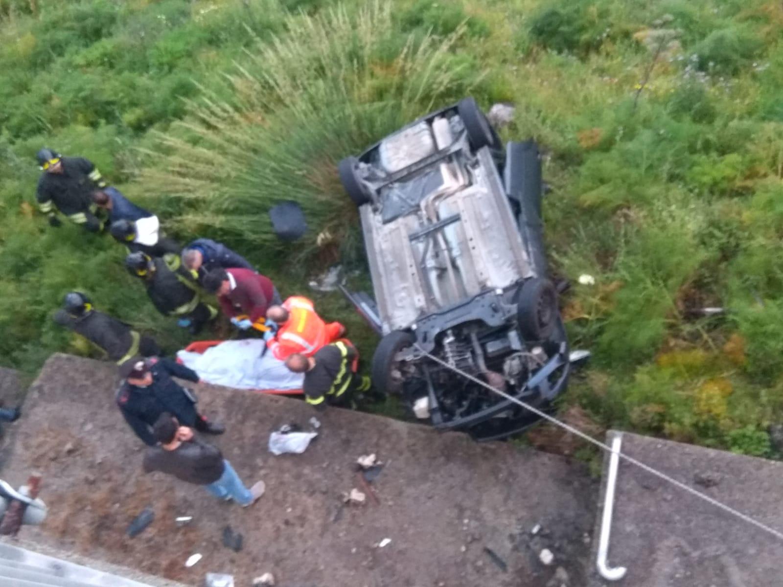 Con l'auto giù dal viadotto, muore una ragazza di 25 anni