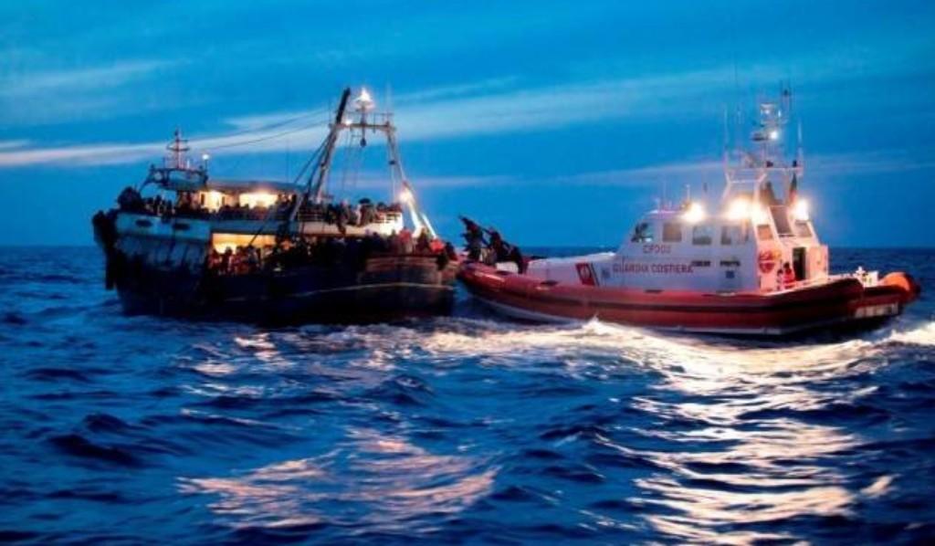 64 migranti in balia di un temporale a Crotone, Salvini autorizza lo sbarco