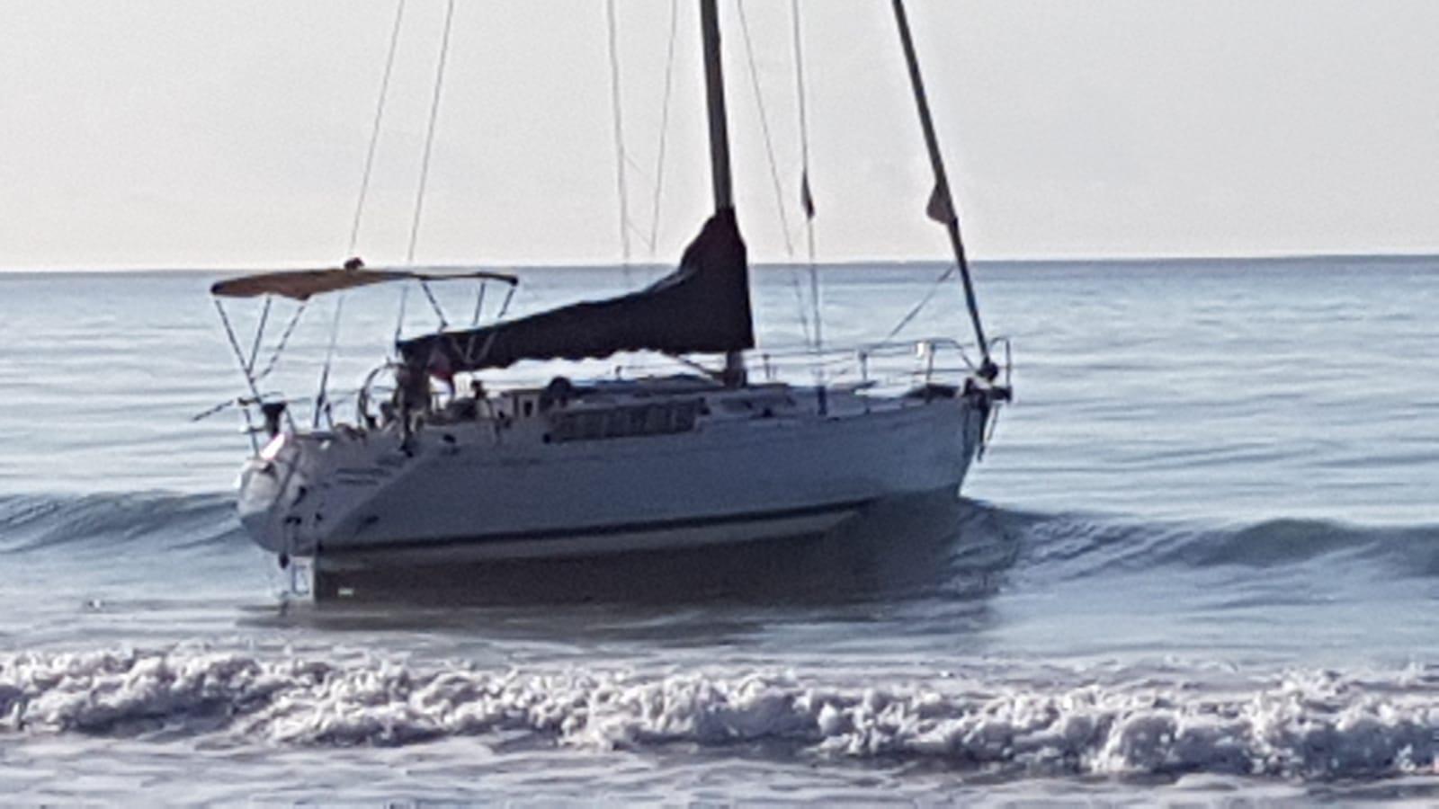 Scafisti scaricano in Calabria 52 migranti poi in fuga via mare. Indagini