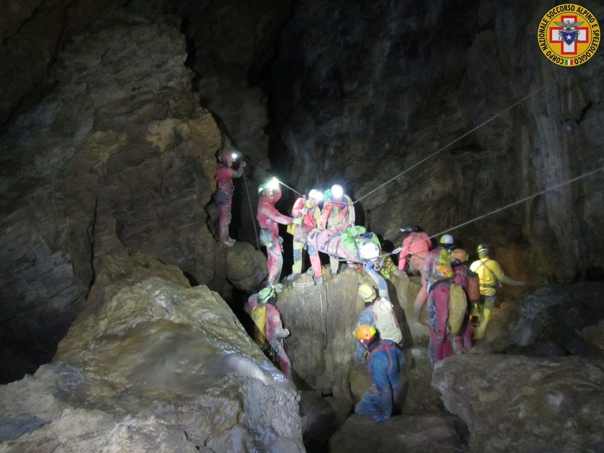 Speleologi bloccati nella grotta, recuperati in due. Tre ancora dentro
