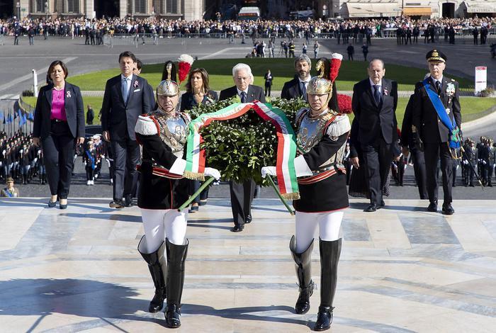 Sergio Mattarella depone una corona all'Altare della Patria per la Festa della Repubblica