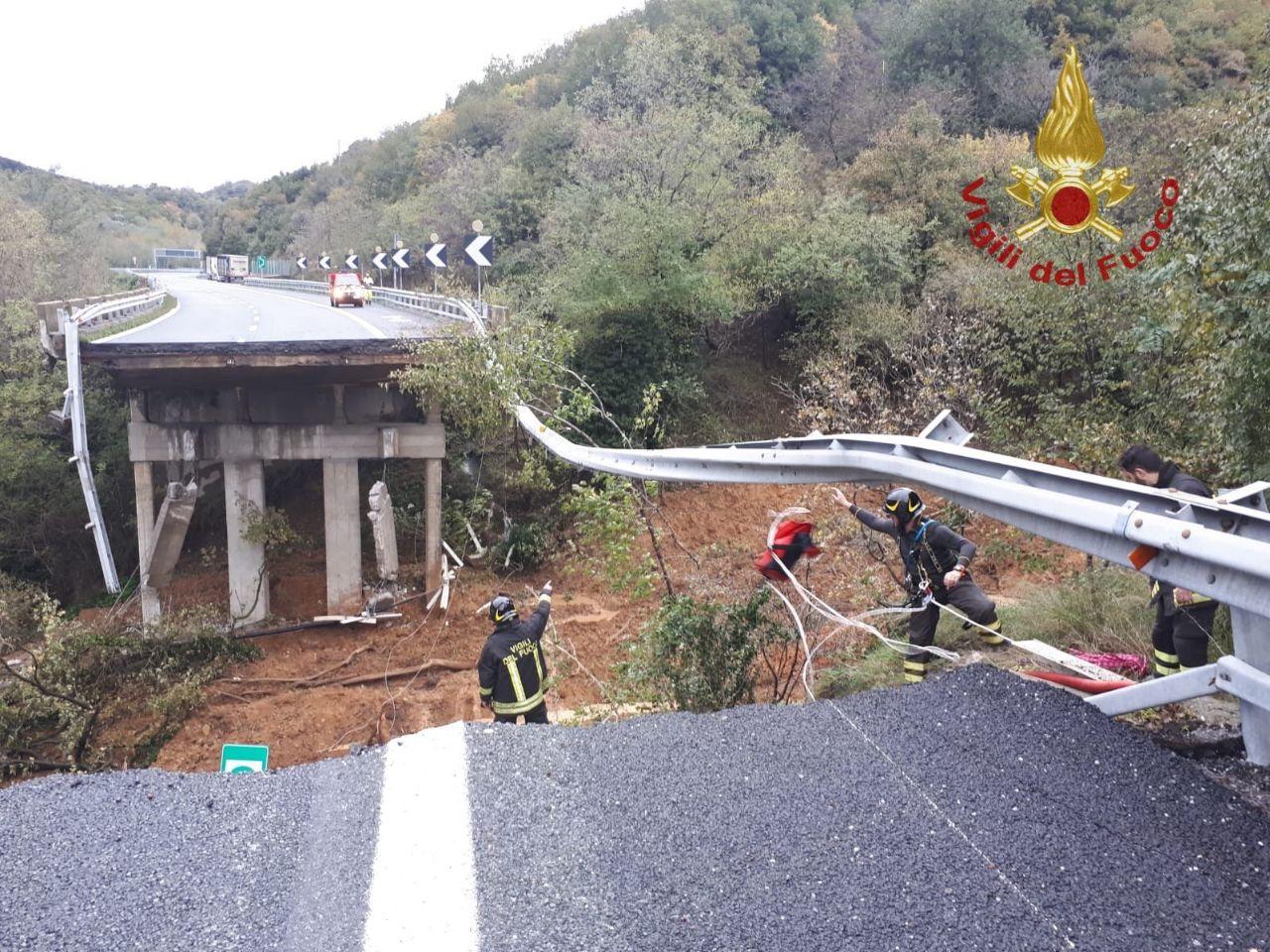 Crollo viadotto in Liguria, persone in salvo per miracolo