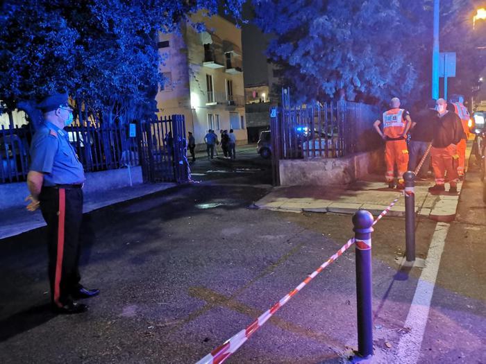 I cadaveri di Daniele De Santis e Eleonora Manta trovati sulle scale del palazzo. Testimoni avrebbero visto fuggire un uomo con in coltello